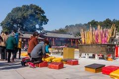 JIANGYIN, China in 2015 19 Februari: de mensen branden wierook bij de eerste dag van het Chinese nieuwe jaar aan de tempel om wie Stock Foto
