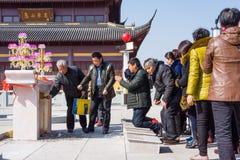 JIANGYIN, China in 2015 19 Februari: de mensen branden wierook bij de eerste dag van het Chinese nieuwe jaar aan de tempel om wie Stock Afbeeldingen