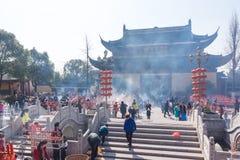 JIANGYIN, Chine en 2015 19 février : les gens brûlent l'encens au premier jour de la nouvelle année chinoise au temple pour brûle Images libres de droits