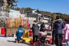 JIANGYIN, Cina nel 2015 19 febbraio: la gente brucia l'incenso al primo giorno del nuovo anno cinese al tempio per bruciare l'inc Fotografia Stock