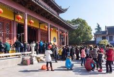 JIANGYIN Kina i 2015 Februari 19: folket bränner rökelse på den första dagen av det kinesiska nya året till templet för att bränn Royaltyfria Bilder