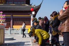JIANGYIN Kina i 2015 Februari 19: folket bränner rökelse på den första dagen av det kinesiska nya året till templet för att bränn Arkivfoto