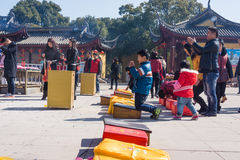 JIANGYIN Kina i 2015 Februari 19: folket bränner rökelse på den första dagen av det kinesiska nya året till templet för att bränn Royaltyfri Bild