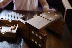 Jiant-Dominos auf dem Holztisch lizenzfreie stockbilder