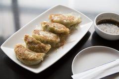 Jiaozi, bolinha de massa chinesa na tabela preta Fotos de Stock Royalty Free