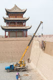 JIAYUGUAN, CHINE - 13 avril 2015 : La restauration est sous le travail dans Jia Photo stock