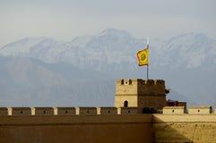 Jiayuguan och snöig QiLian berg Royaltyfria Bilder