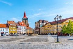 JICIN TJECKIEN - SEPTEMBER 28, 2018: Färgrika renässanshus och den Valdice porten på Wallenstein kvadrerar i Jicin royaltyfria bilder