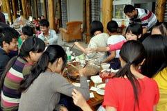 Jiezi, China: Familias que comen en el restaurante fotografía de archivo