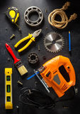 Jig πριόνι και εργαλεία στο Μαύρο Στοκ Εικόνες