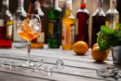 Jigger verse le liquide dans le verre à vin photos libres de droits