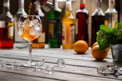 Jigger verse le liquide dans le verre à vin photographie stock