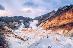 Jigokudani oder ` Höllen-Tal ` geothermischer Krater aktiven Vulkans in Noboribetsu, Hokkaido, Japan stockfotografie