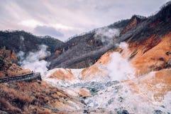Jigokudani oder ` Höllen-Tal ` geothermischer Krater aktiven Vulkans in Noboribetsu, Hokkaido, Japan stockbilder