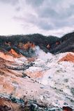Jigokudani oder ` Höllen-Tal ` geothermischer Krater aktiven Vulkans in Noboribetsu, Hokkaido, Japan lizenzfreie stockfotografie