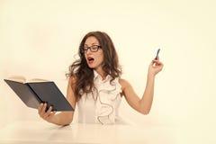 jigsawen som 3d l?rer delen, pieces behandlingsserie sexig kvinna med r?da kanter i exponeringsglas tillbaka begreppsskola till C arkivbild
