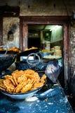 Jilebis i en efterrätt shoppar i Katmandu Arkivbilder