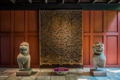 Jim Thompson House för träskulpturlejonstatyer museum thailändska bangkok Royaltyfri Bild