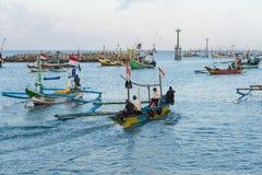 JIMBARAN/BALI- 15 MAGGIO 2019: Alcune barche tradizionali di balinese stanno pescando intorno al mare del ‹Jimbaran del †del ‹d fotografia stock libera da diritti
