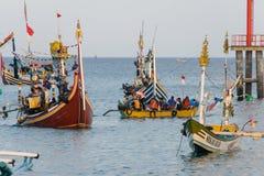 JIMBARAN/BALI-MAY 15 2019年:一些传统巴厘语小船在Jimbaran附近海钓鱼 这条传统小船是 免版税库存照片