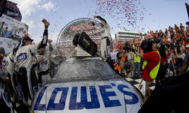 Jimmie Johnson comemora sua vitória em Dôvar Interna fotografia de stock