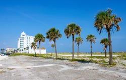 Jimmy Buffets Margartiaville Hotel op Pensacola-Strand met palmen in de voorgrond Pensacola Florida de V.S. 4 Juli 2010 royalty-vrije stock foto