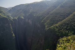 Jin Bahir Falls, trimardant dans les montagnes de Simien, l'Ethiopie image libre de droits
