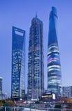 Jin Mao Shanghai torn och finansiell mitt för Shanghai värld på skymning Arkivbild