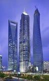 Jin Mao Shanghai torn och finansiell mitt för Shanghai värld på skymning Arkivfoton