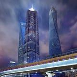 Jin Mao, tour de Changhaï et place financière du monde de Changhaï la nuit Photos libres de droits