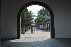 Jinan, Cina, il 7 giugno 2015 Arck nel giardino Immagini Stock Libere da Diritti