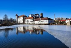 Jindrichuv hradec城堡-在vajgar池塘的看法 免版税库存照片