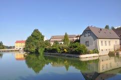 """Jindrichuv Hradec, Tsjechische republiek †""""26 Augustus, 2015: Mooi huis op het water in stad Jindrichuv Hradec de Zuid- van Boh Royalty-vrije Stock Foto's"""