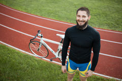Jinete alegre barbudo de la bicicleta en pista; Imagenes de archivo