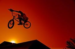 Jinete de Bmx en el salto Foto de archivo
