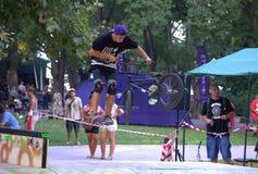 Jinete de BMX en parque urbano Fotos de archivo libres de regalías