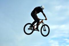 Jinete de BMX que hace que una bici salta Imagen de archivo