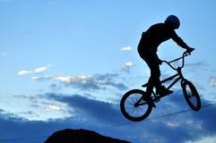 Jinete de BMX que hace que una bici salta Imágenes de archivo libres de regalías