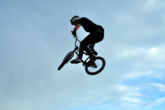 Jinete de BMX que hace que una bici salta Imagen de archivo libre de regalías