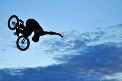 Jinete de BMX que hace que una bici salta Imagenes de archivo