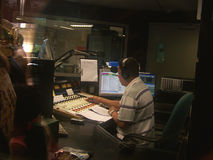 Jinete de disco en la estación de radio fotos de archivo