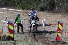 Jinete de Enduro en su moto Imagenes de archivo