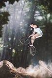 Jinete de la bici de Bmx en el bosque Fotografía de archivo libre de regalías