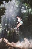 Jinete de la bici de Bmx en el bosque Imagen de archivo libre de regalías