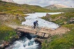 Jinete de la bici de montaña fotos de archivo
