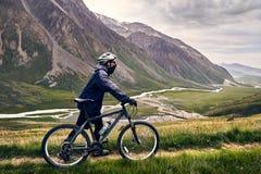 Jinete de la bici de montaña foto de archivo libre de regalías