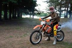 Jinete de la bici de la suciedad en su moto de KTM 200 EXC Fotografía de archivo libre de regalías