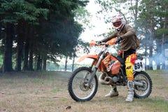 Jinete de la bici de la suciedad en su moto de KTM 200 EXC Imagenes de archivo