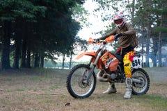 Jinete de la bici de la suciedad en su moto de KTM 200 EXC Imagen de archivo libre de regalías