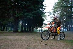 Jinete de la bici de la suciedad en su moto de KTM 200 EXC Foto de archivo libre de regalías